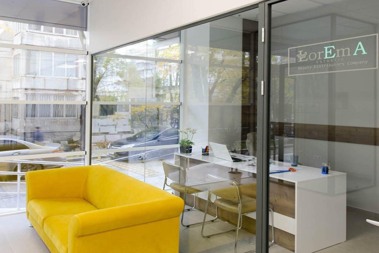 Delimitări cu sticlă  transparentă  clinică de estetică