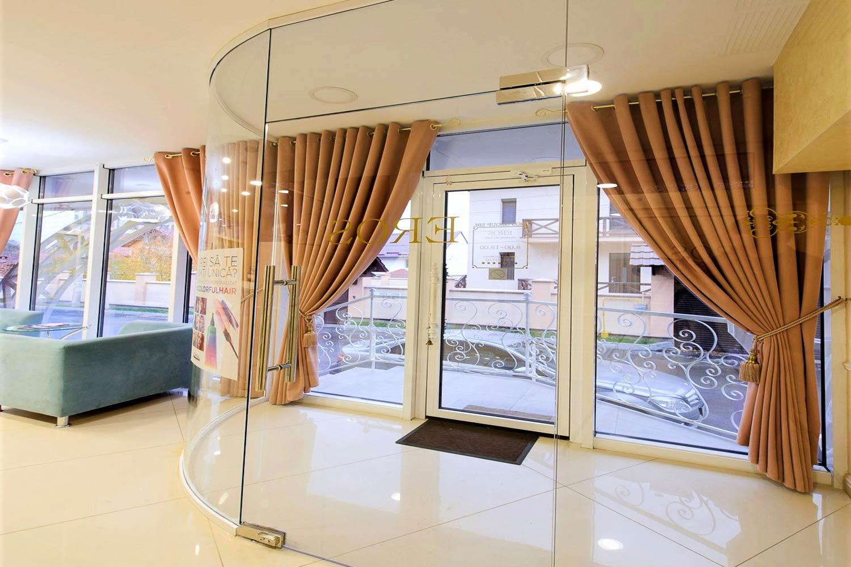 Compartimentă ri din sticlă  transparentă  intrare centru  relaxare