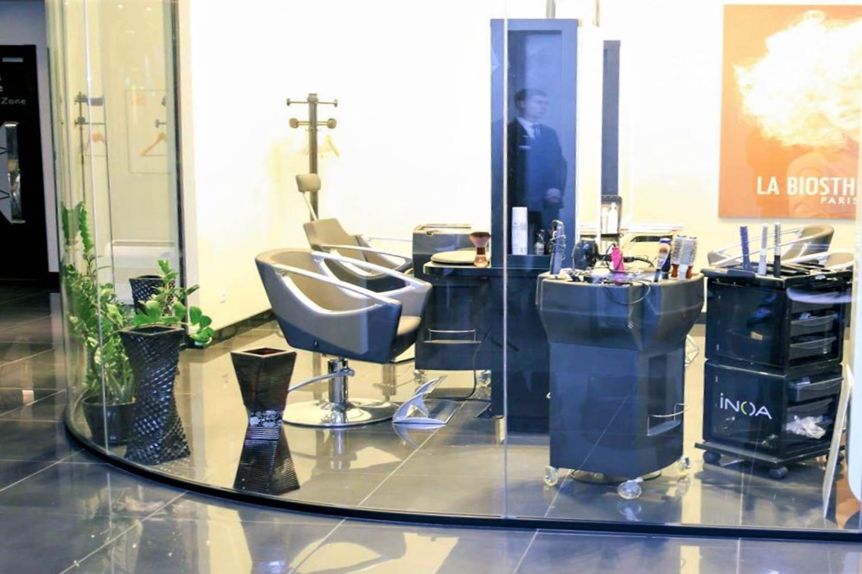 Delimitări cu  sticlă curbată  coafor, salon de  înfrumusețare