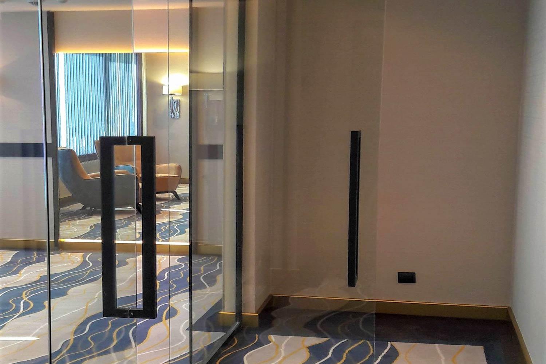 Compartimentă ri cu sticlă  transparentă și  accesorii negru  mat camere  hotel