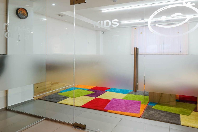 Delimitări din  sticlă  personalizată  pentru spațiu  destinat copiilor