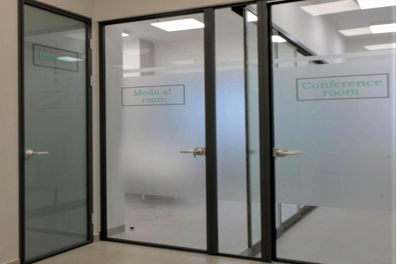 Usi personalizate pentru clinica medicala